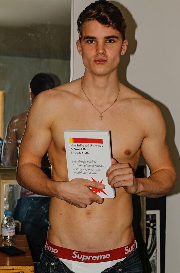 Modelos desnudos para Joe Lally