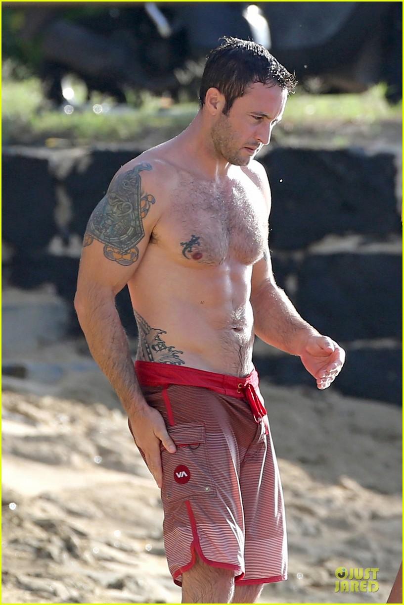 El actor Alex OLoughlin, sin camiseta en la playa