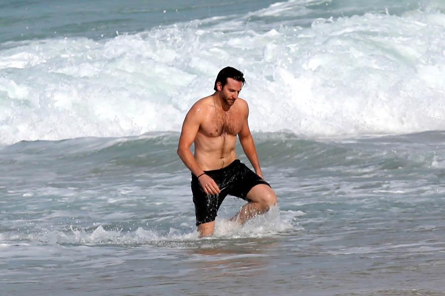 Bradley Cooper En La Playa De Rio Janeiro