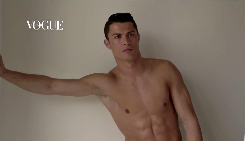 Un hombre casi desnudo canta en Conferencia de