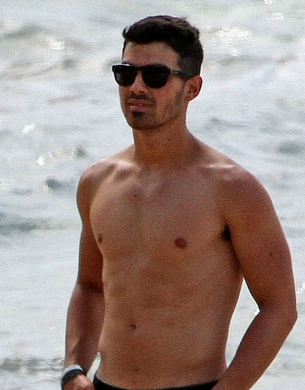Joe Jonas en la playa