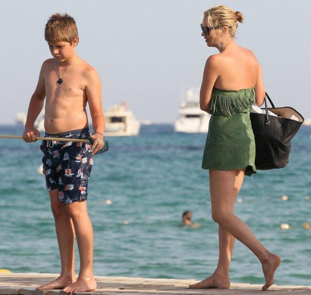 Kate Moss empuja a un niño