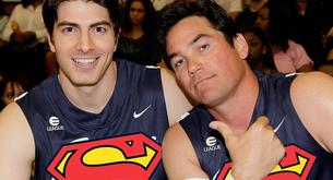 Supermanes fracasados juegan al baloncesto.