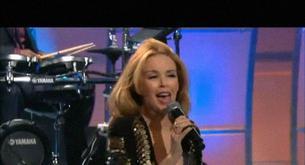 Kylie Minogue canta 'Get Outta My Way' vestida de nochevieja