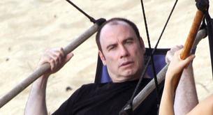 ACERTIJO: ¿Qué le falta a John Travolta en la foto?