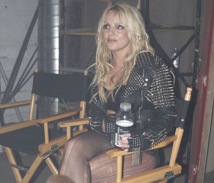 Britney Spears se pone la chaqueta que inventó Lady Gaga para el vídeo de 'Till The World Ends'