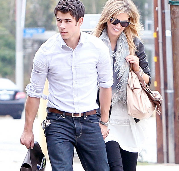 Nick Jonas, en plan macho con Delta Goodrem