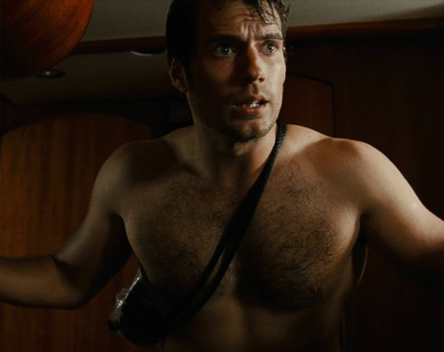 Mira a Henry Cavill enseñar carne en 'The Cold Light of Day'