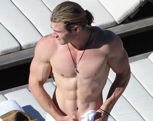 Chris Hemsworth sin camiseta, cuerpazo en las costas de Sidney