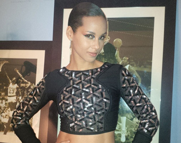Alicia Keys desafina completamente en su actuación en NBA All-Star
