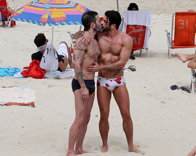 Marc Jacobs y su novio el actor porno Harry Louis, acarameladísimos en la playa