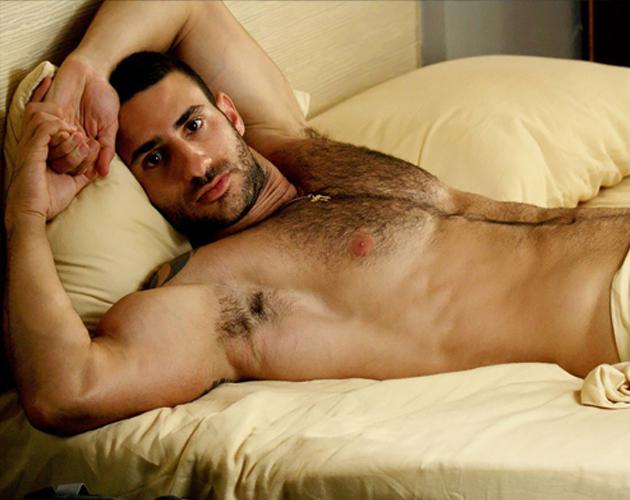 ... en Madrid durante el Orgullo Gay enseña sus músculos en la revista: www.cromosomax.com/23077-eliad-cohen-desnudo-luce-cuerpo-en-h-magazine