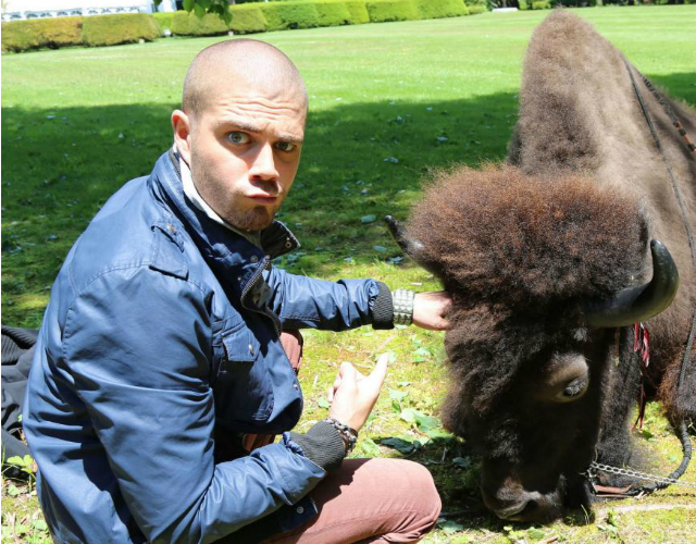 Max George, de The Wanted, y su sesión de fotos con un búfalo