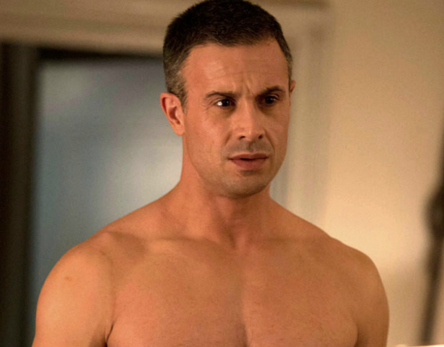 Freddie Prinze Jr., sin camiseta en su nueva serie 'Witches of East End'