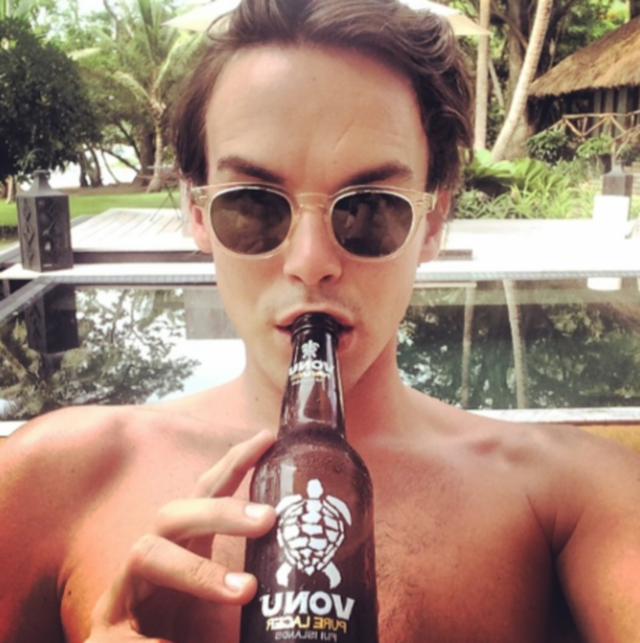 El actor de Pretty Little Liars, Tyler Blackburn desnudo en la playa