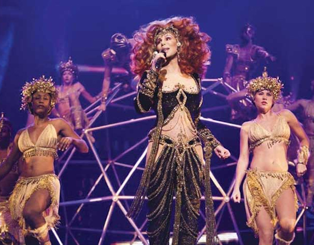 Concierto completo de Cher y su 'Dressed To Kill Tour' en Phoenix