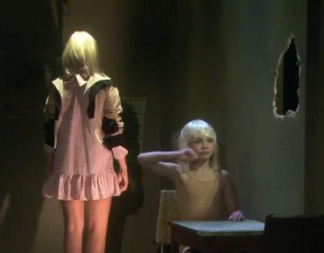 Sia recrea el vdeo de chandelier en su primera actuacin en sia chandelier actuacin ellen aloadofball Choice Image