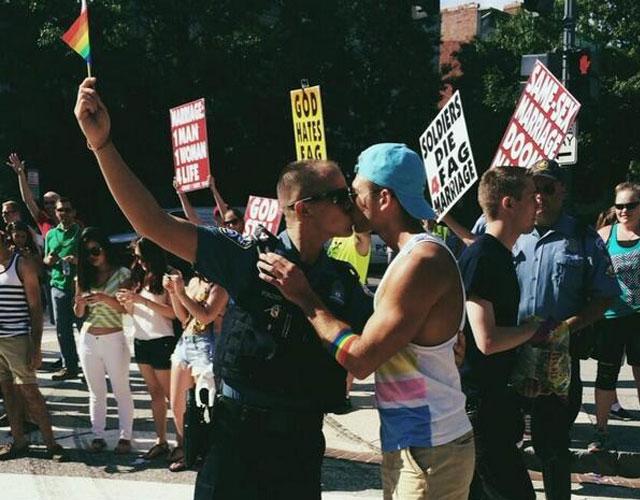 vatido de novio gay de la policia