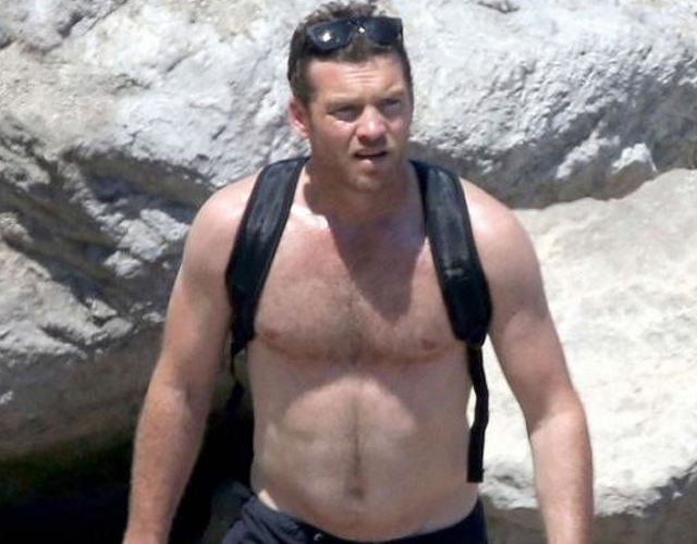 Sam Worthington, cuerpazo en la playa