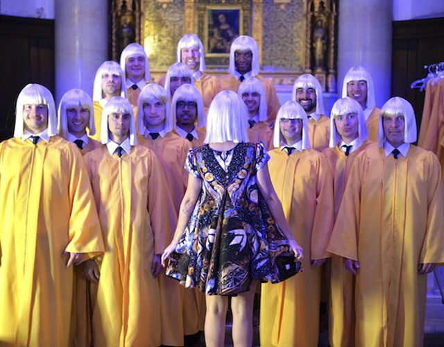 Sia interpreta 'Chandelier' con el coro gay de Nueva York