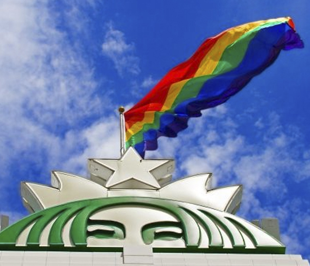Starbucks iza la bandera LGBT en su central de Seattle