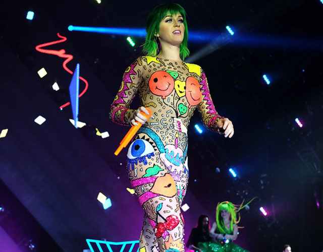 Caída de Katy Perry en el escenario cantando 'Walking On Air'