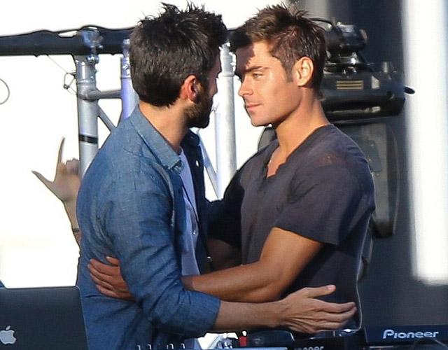 Chicos gay sin camisa besando a chicos gays