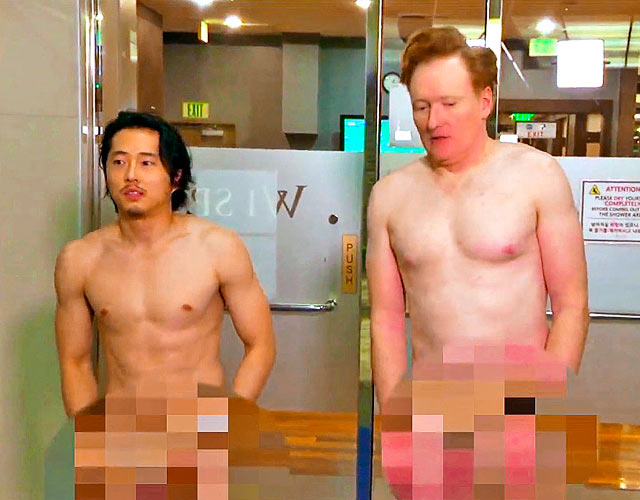 Steven Yeun desnudo: el actor de 'The Walking Dead' en una sauna con Conan O'Brien