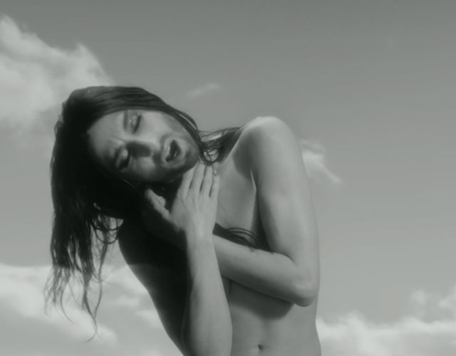 Conchita Wurst desnuda en el vídeo de 'You Are Unstoppable'