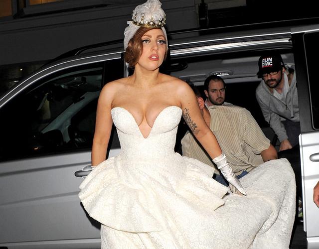 lady gaga ya tiene diseñador para su vestido de novia | cromosomax