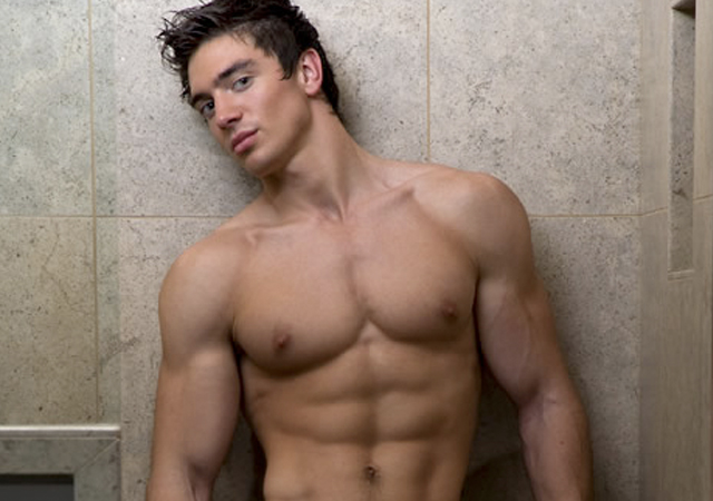 Steve Grand, el cantante country gay, asiste a un baile con marines