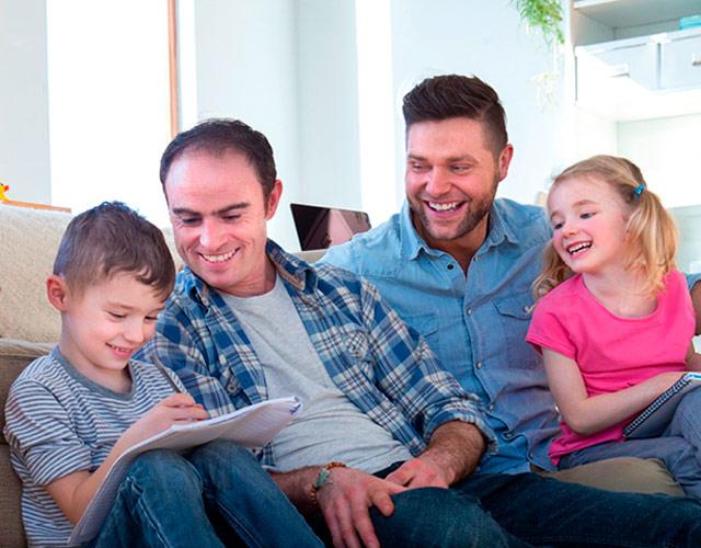 ===Familias peculiares...=== Hijos-parejas-gays-austria-demanda