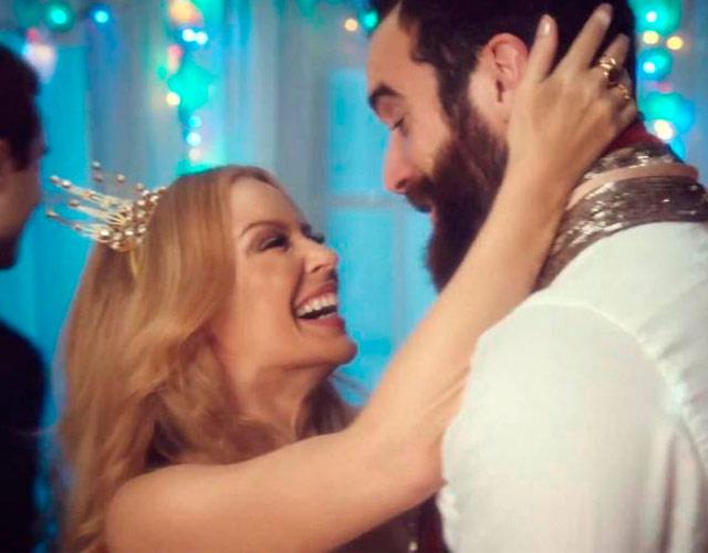 Kylie Minogue y su novio Joshua Sasse en el vídeo de 'Every Day's Like Christmas'