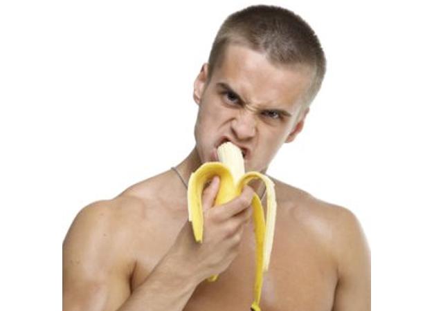 Camareros desnudos sirviendo comida porno gay