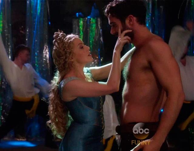 Kylie desnuda a su novio Joshua Sasse en un pub gay en 'Galavant'