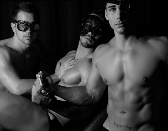 Hombres desnudos en puclic