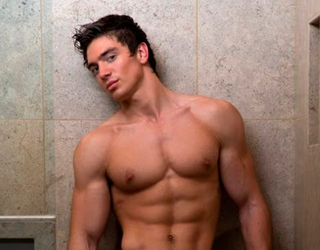 El cantante country gay Steve Grand, desnudo y erecto