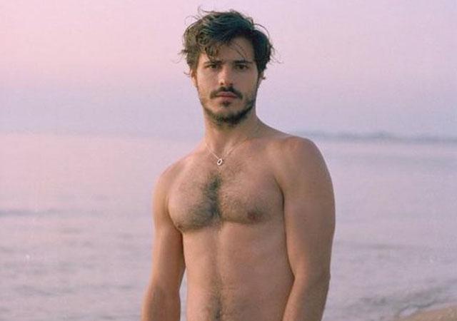 El actor Matthieu Charneau desnudo frontal en 'Coelho Mau'