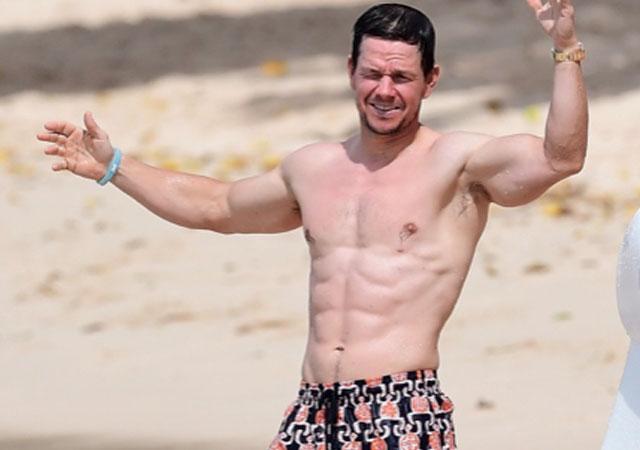 Mark Wahlberg sin camiseta, tremendo y luciendo cuerpazo en la playa