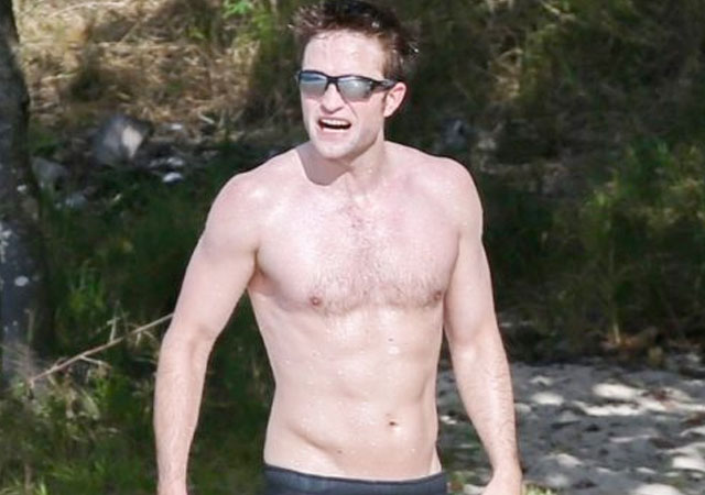 El torso de Robert Pattinson desnudo en la playa