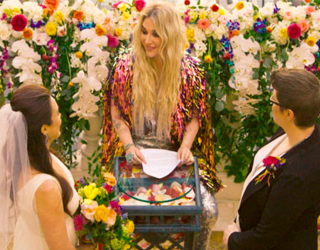 Kesha oficia una boda gay en el vídeo de 'I Need A Woman To Love'