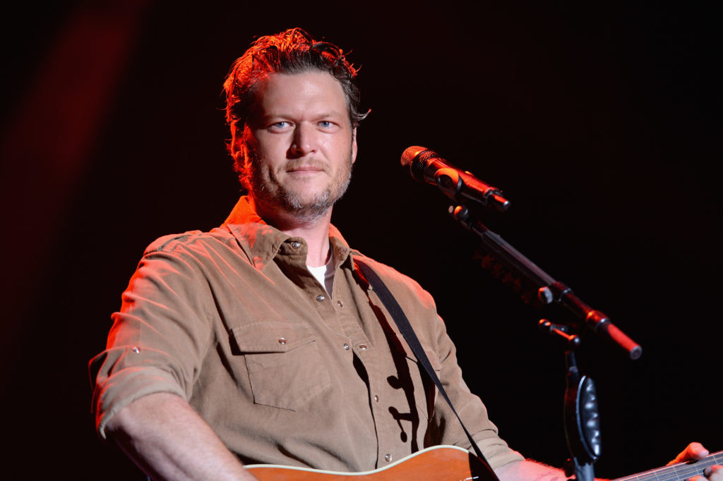 Blake Shelton niega haber insultado a Lil Nas X en su nuevo single 'Hell Right'.