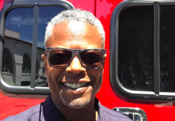 Un bombero es objeto de un acoso homófobo y racista por tener el arcoiris en su casco