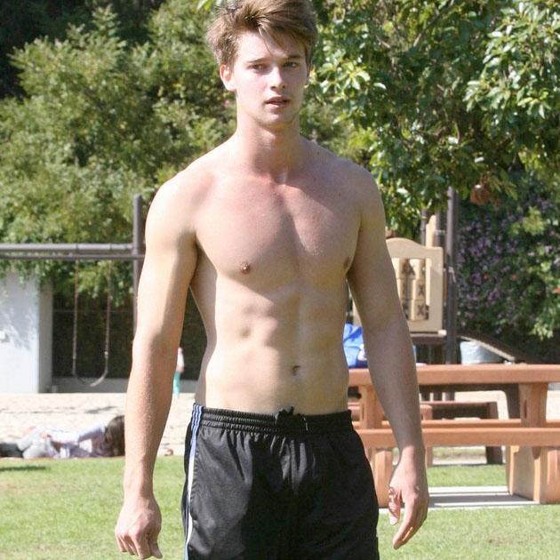 El hijo de Schwarzenegger sin camiseta, otra vez